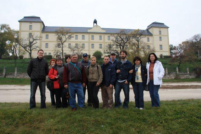 csoportkép kastéllyal